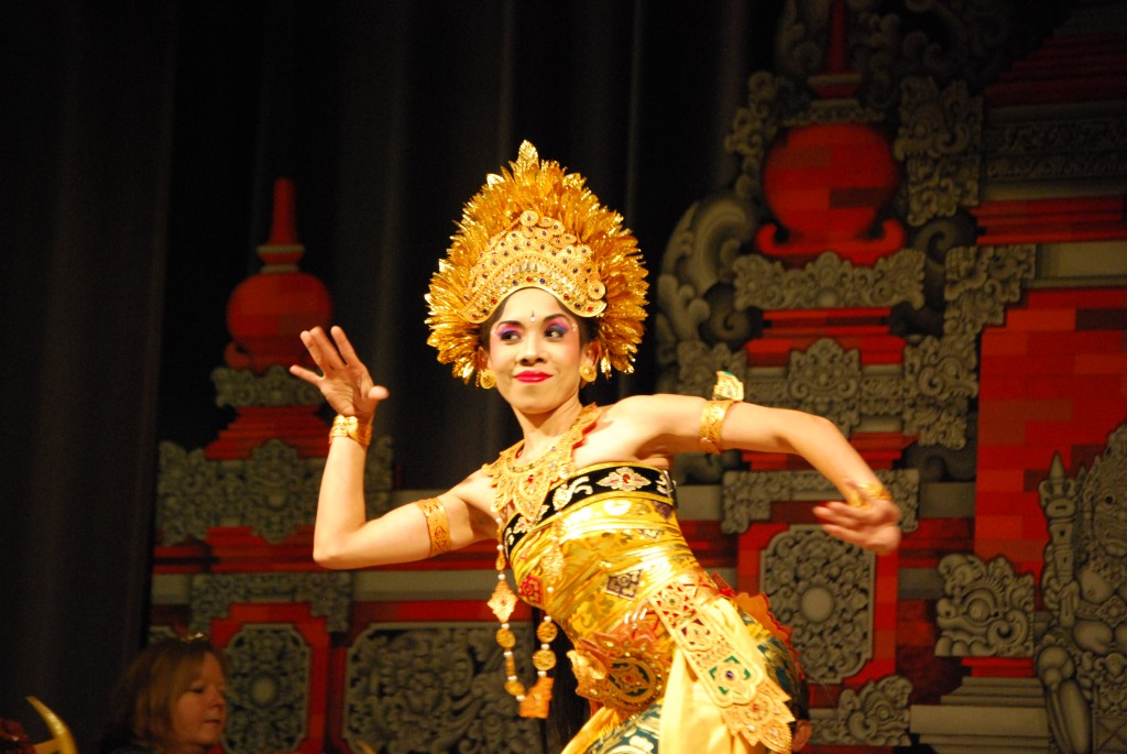Ni Ketut Marni performs Oleg Tambulilingan